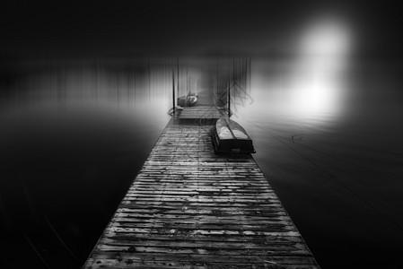 湖上通往远方的桥图片