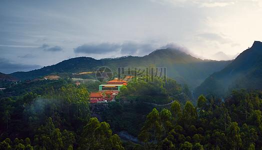 清晨日出山中宁静安详的寺院-佛母寺高清图片