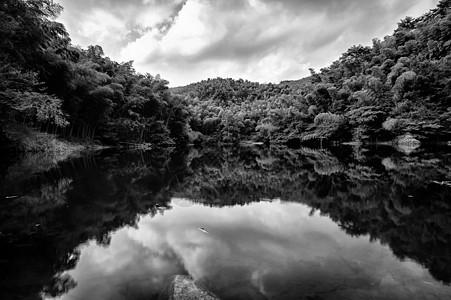 水中山林和云的倒影图片
