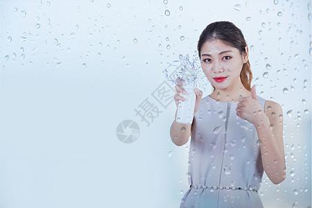 擦玻璃的美女图片