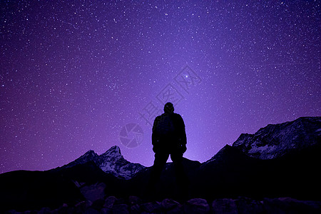 仰望星空的人图片