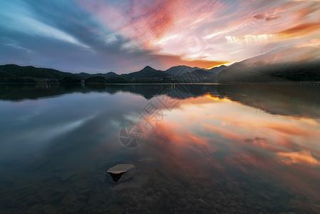 彩霞中的湖畔图片