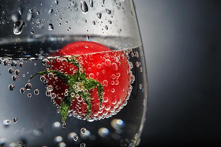 酒杯中带泡泡的番茄图片