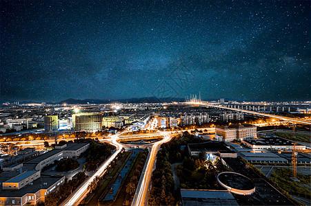 星空下的城市夜景图片