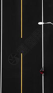 马路上骑车的红衣人图片