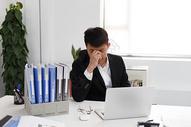 在办公室工作的男性图片