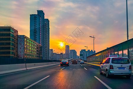傍晚高速公路车辆图片
