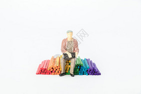 坐在彩色木材上的人图片