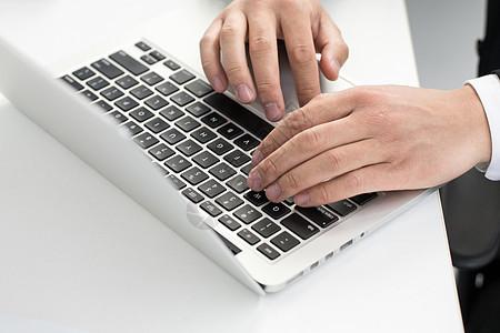 商务人士使用电脑图片