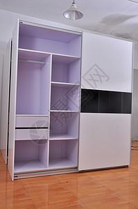 现代简约烤漆移门衣柜图片