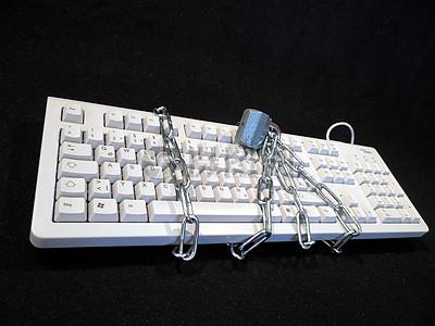 铁链锁着的键盘图片