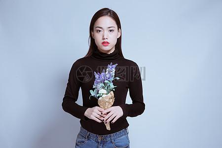 个性美丽女孩手拿花束图片
