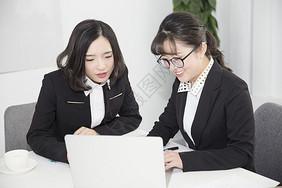 办公室休闲聊天开会讨论图片