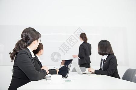 商务团队开会讨论图片