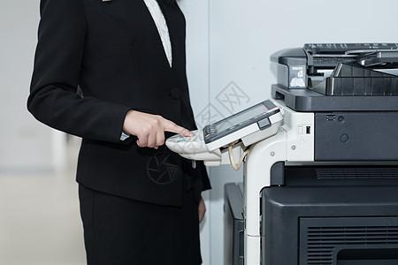 职业女性操作办公室打印机图片