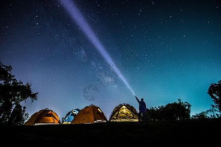 夜晚的露营者图片