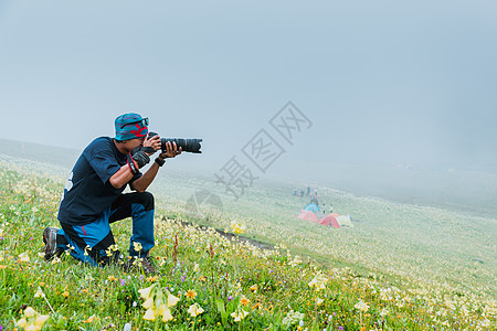 拍摄风景的人图片