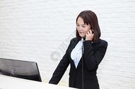 打电话的女性图片