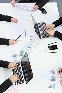 会桌上的手和报表图片