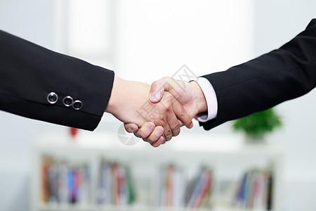 办公室里握手特写图片