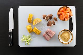 砧板上的食材图片