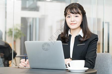 年轻职业女性办公使用电脑图片