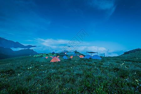 在野外露营图片