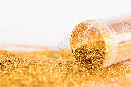 金粉亮粉洒在白色桌面上图片