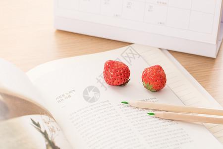 小清新草莓铅笔书本创意拍摄图片
