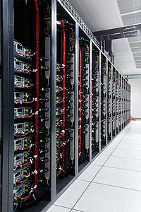 服务器机架和数据线图片