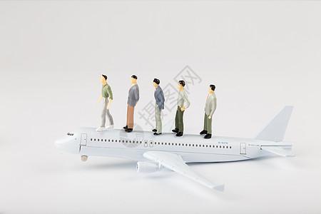 卡通人偶和飞机图片