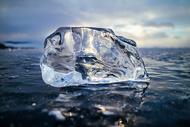 晶莹剔透的冰块图片