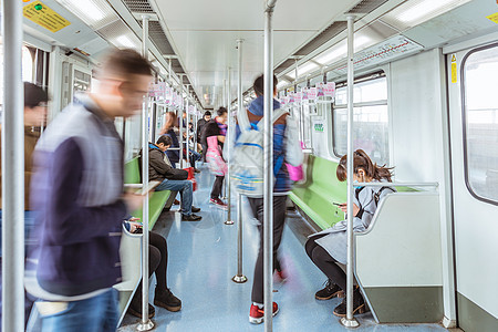 城市出行乘客乘坐地铁图片