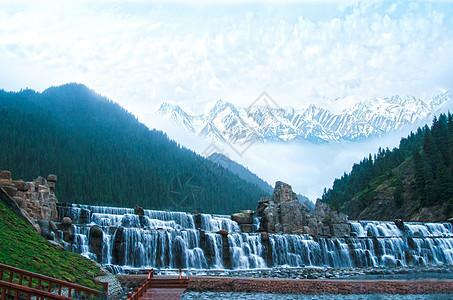 雪山上的瀑布森林流水图片