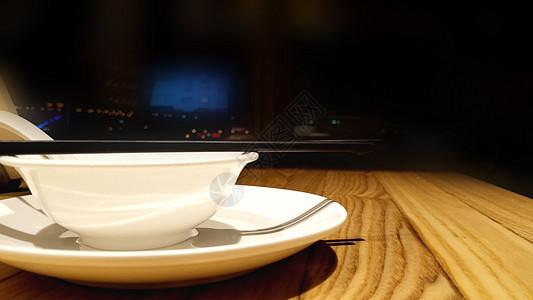 灯下的碗筷图片