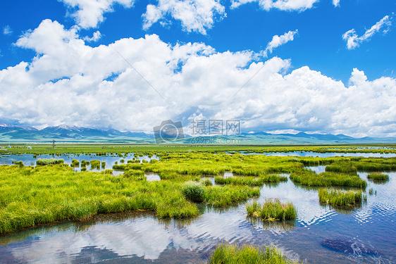 水天一色的美丽花湖图片