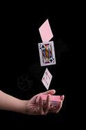 手拿扑克牌图片