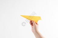 手拿飞机放飞梦想图片