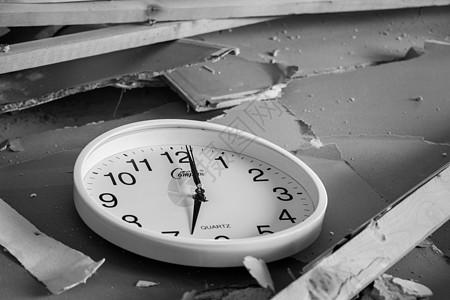 废墟里的时钟图片