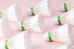 整齐排列的羽毛球图片