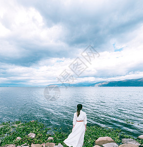 一个人站在岸边看着大海图片