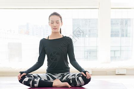 女性室内瑜伽图片