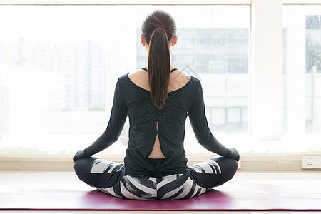 落地窗前做瑜伽的背影图片