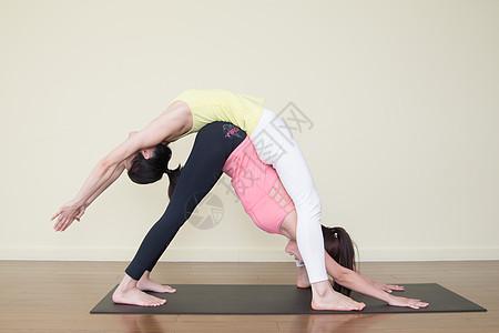 室内双人瑜伽运动图片