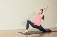 室内瑜伽运动训练图片
