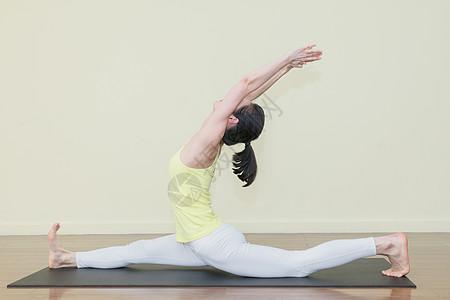 室内瑜伽运动练习图片