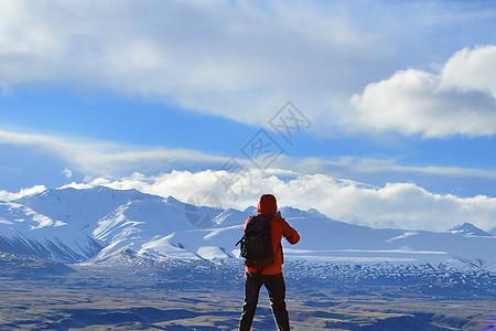 登上雪山山顶的人图片