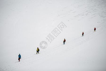 户外登山的人们图片