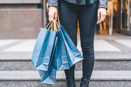 女性购物逛街拍摄图片