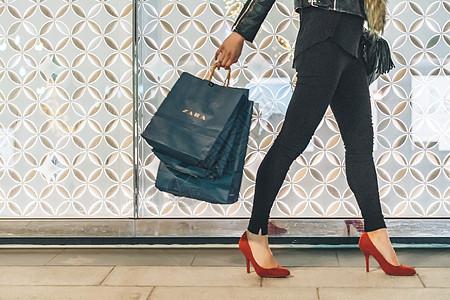 女性购物逛街拍摄【媒体用图】(仅限媒体用图使用,不可用于商业用途)图片